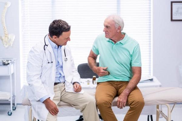 мужчина с болями после аппендицита у доктора